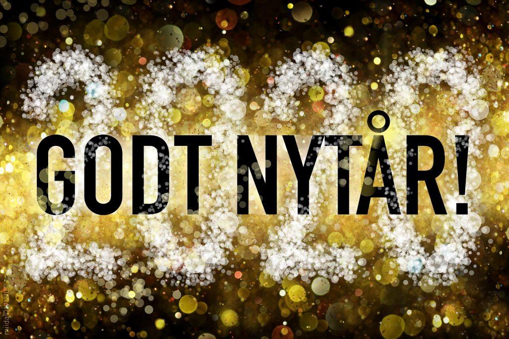 """Sæsonhilsen med dansk tekst """"Godt nytår!"""" og år 2020 i baggrunden."""