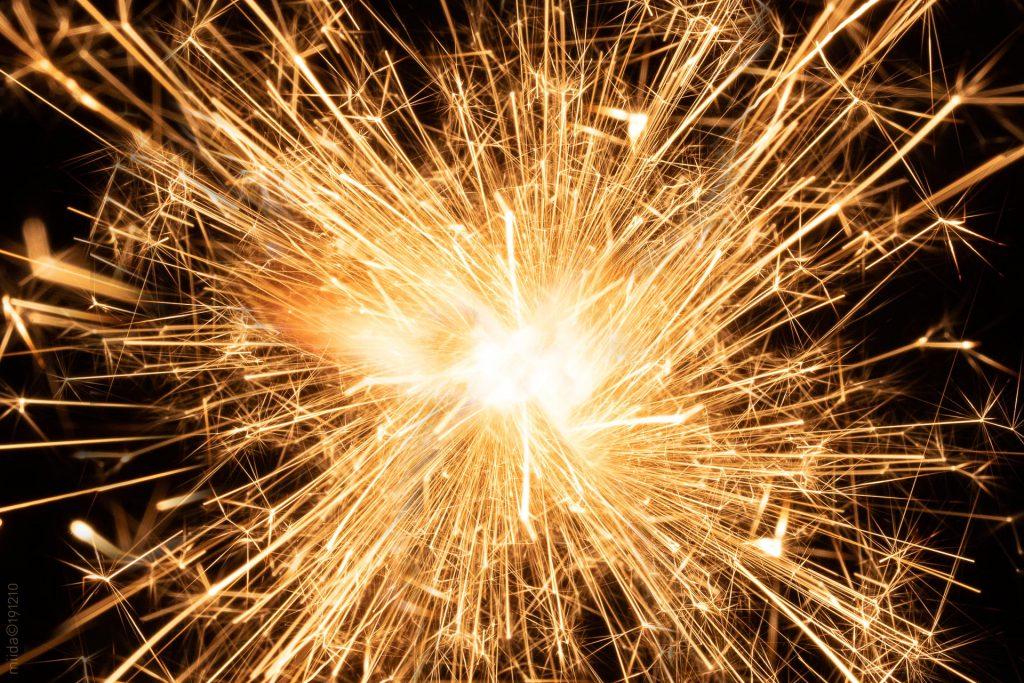 Kraftig glødende stjernekaster, der er egnet til illustration af det nye år.
